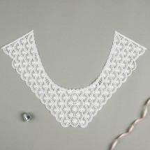Воротник пришивной. Вышивка: цвет белый. Размер 32,0 × 22,5 см.